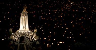 12ago2013---estatua-de-nossa-senhora-de-fatima-e-carregada-na-noite-desta-segunda-feira-12-durante-peregrinacao-anual-ao-santuario-de-fatima-em-fatima-portugal-cerca-de-4-milhoes-de-catolicos-1376376736336_956x500