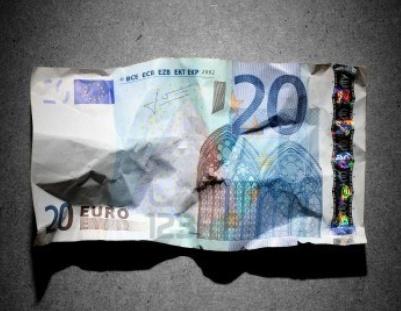 12748594-concepto-de-crisis-financiera-arrugado-billete-de-20-euros-en-fondo-gris-1024x1024